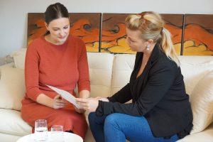 Das ist Sabine Schweighofer im Beratungsgespräch mit einer Klientin.