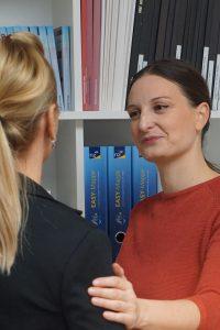 Das ist Sabine Schweighofer im Gespräch mit einer Klientin.