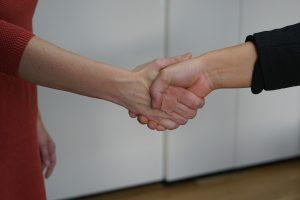 Das ist Sabine Schweighofer beim Händedruck mit einer Klientin.