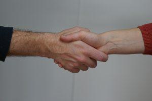 Das ist Sabine Schweighofer beim Händedruck mit einem Klienten.