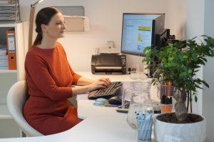 Das ist Sabine Schweighofer an ihrem Arbeitsplatz.