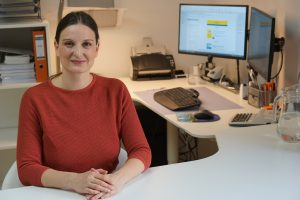Das ist Sabine Schweighofer in ihrem Büro.