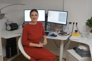 Das ist Sabine Schweighofer an ihrem Bildschirmarbeitsplatz.